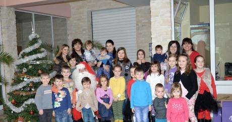 Фирма Стойчеви зарадва най-малките с подаръци за Коледа!