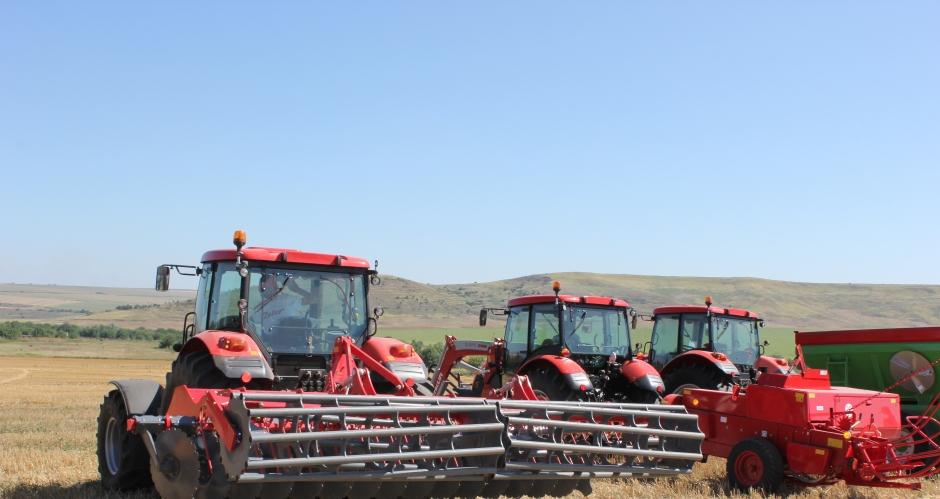 Пускат мегапромоции за Коледа на трактори и инвентар. Вижте машините!